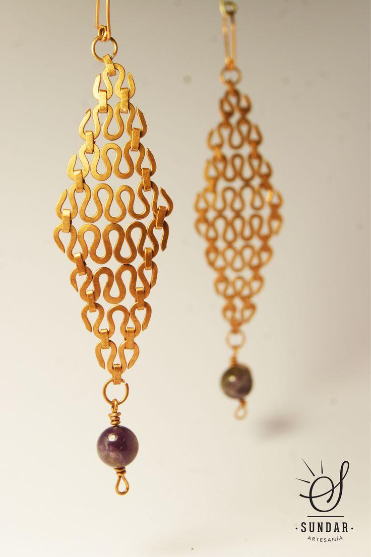 Aro de cobre con piedra amatista. 10 cm de largo.