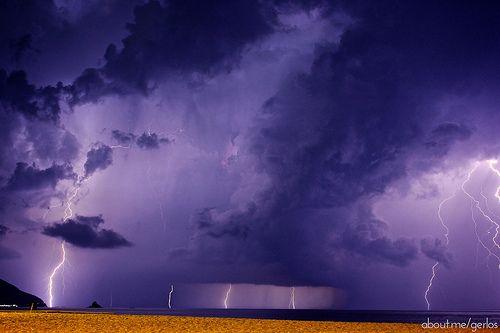 Piovono #fulmini: un'altra foto dell'impressionante #temporale del 20/08/1