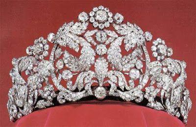 Tiara de Braganza - Casa Real de Suecia  Es una enorme tiara floral de estilo neoclásico, realizada en Francia con diamantes brasileños engarzados en oro y plata, por encargo del Emperador Pedro I de Brasil para regalarla a su segunda esposa, Amelia de Leuchtemberg, con motivo de su boda en 1829.