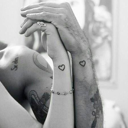 petit coeur discret Tatouage couple au poignet
