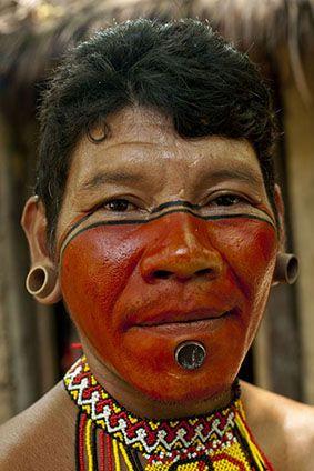 Etnia Pataxó. Os pataxós são um povo indígena brasileiro de língua da família maxakali.  Apesar de se expressarem na língua portuguesa, alguns grupos conservam seu idioma original, a língua maxacali (patxôhã). Em 2010, os pataxós totalizavam 11.833 pessoas, segundo dados da Fundação Nacional de Saúde. Vivem em sua maioria na Terra Indígena Barra Velha do Monte Pascoal, ao sul do município de Porto Seguro, no estado da Bahia, Brasil.