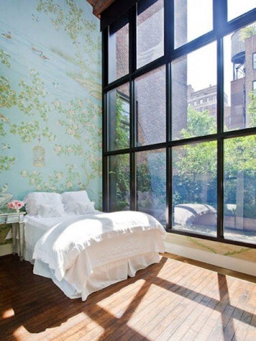 18 slaapkamers om bij weg te dromen: Stadse slaapkamer met grote ramen | ELLE Decoration NL