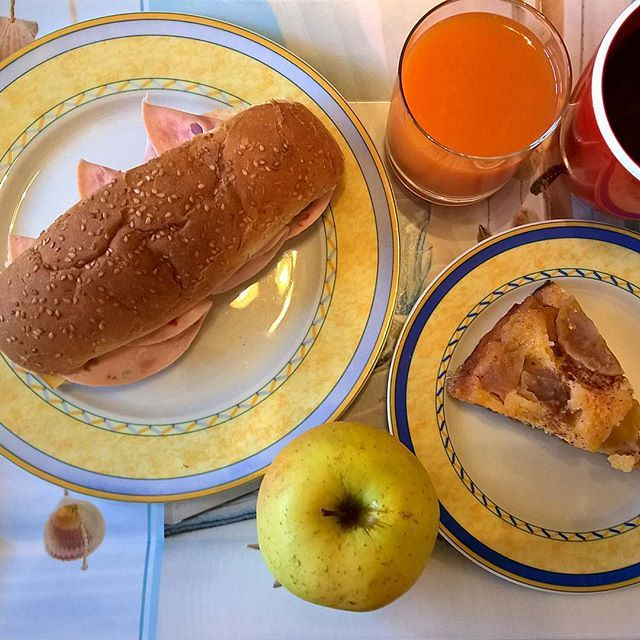 What can make a Monday worse? A rainy morning. What can help improve the mood in such circumstances? A nice breakfast: A sandwich with smoked cheese and Greek salami with green olives, the last slice of her latest apple pie and a juicy apple. #thenewbreakfasteverydayproject #livingmylifemyway
