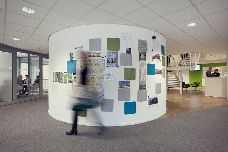 Magnetische verf op de muren biedt de mogelijkheid tot het eenvoudig verwisselen van informatie, kantoor HEVO, 's-Hertogenbosch.