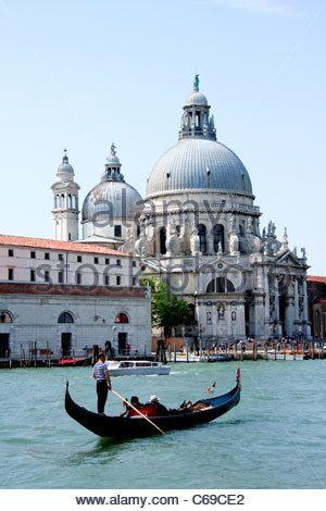 Basilica Saint Mary of Health, Venice - Veneza tem profunda associação com a peste negra, ponto de interceptação do comércio com o oriente. As gôndolas são pretas por que eram fúnebres, carregavam os corpos. Foi a primeira cidade a ter medidas efetivas contra a peste bubônica.