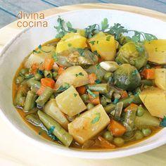 Esta receta de patatas con menestra de verduras es sencilla y casera. Si usas un paquete de menestra congelada simplificas la elaboración.