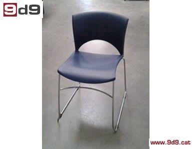 2 Sillas de oficina de segunda mano, con estructura cromada, asiento y respaldo de PVC azul. PVP: 80€ por las DOS sillas.