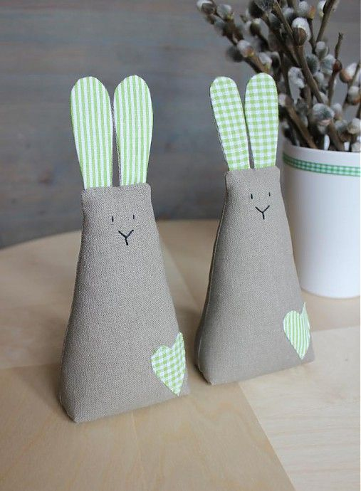 - textilné hnedé zajačiky vyplnené dutým vláknom, očká vyšité, samostatne stojace - cena za 1 zajka...