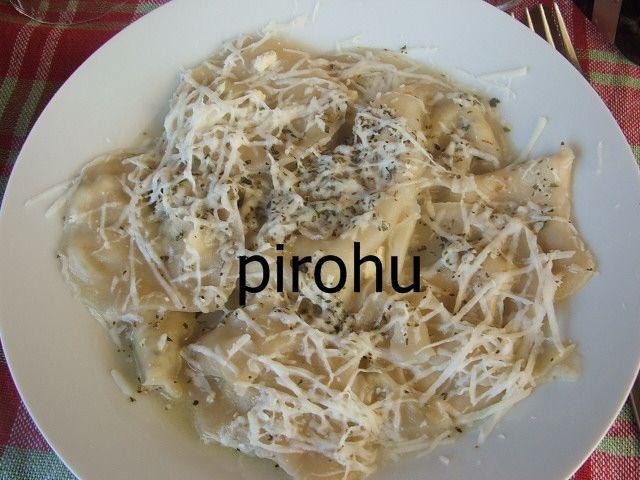 Pirohu Kıbrıs'a özgü bir lezzet. Yapılışı biraz zahmetli olsa da pirohunun muhteşem lezzeti buna değer. Farklı mutfaklara ait lezzetleri denemekten hoşlanıyorsanız Kıbrıs'ta sevilerek yenen yemekler arasında yer alan pirohuyu mutlaka denemelisiniz. #kibrisyemekleri