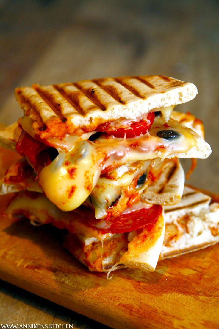 Pizzasandwich? Enkelt og greit en pizza laget i toastjern, på samme måte som en sandwich. Utrolig enkelt, ufattelig godt! Oppskrift på pizzasandwich her.