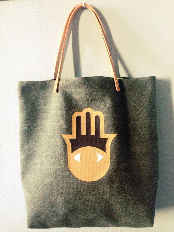Sac cabas en pur lin kaki, motif main de Fatma peint à la main coloris marron, sable et blanc.