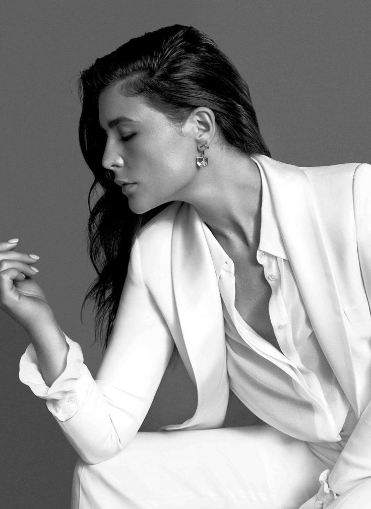 Jessie Ware in a white #GiorgioArmani suit