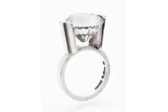 RING, WIWEN NILSSON Sterlingsilver besatt med en rund fantasislipad bergkristall, ca 11,8 ct (15