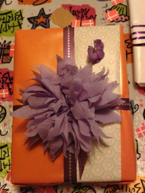 Serviet blomst på gaven til Anna