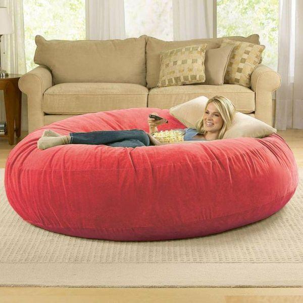 pouf géant, un coussin géant rouge, le confort à la maison