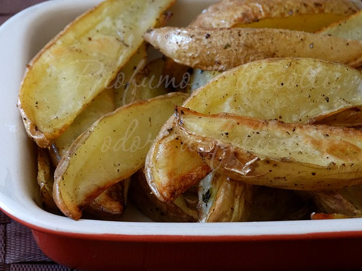 Le patate rustiche al forno sono facili e anche leggere, cotte con pochissimo olio! Morbidissime dentro e leggermente croccanti fuori!