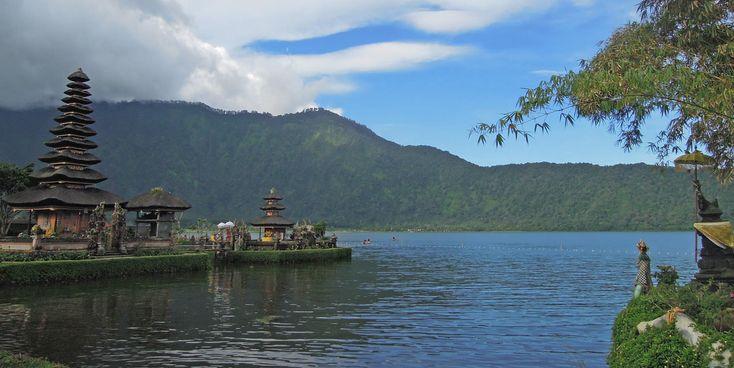 Het Indonesische eiland Bali staat bekend om de idyllische rijstterrassen, tropische stranden, indrukwekkende vulkanen en prachtige tempels.
