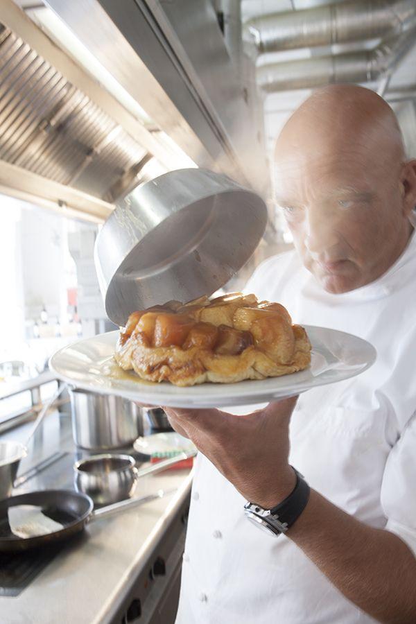 Fantastische Tarte tatin. Heerlijk met de nieuwe herfstappeltjes. Makkelijk en snel te maken. De juiste appels zijn essentieel, informatie vindt je in het recept. Het pannetje is van Demeyere. Subliem om mee te koken en dus nu ook om in te bakken. Het geeft bovendien de mooie afgeronde hoeken :)