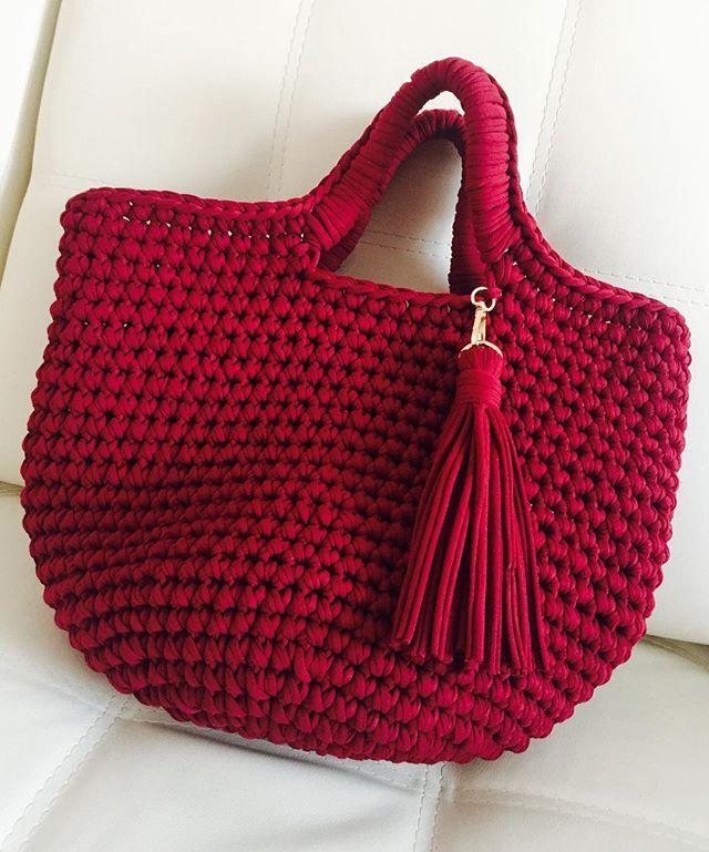 WEBSTA @ tabella_knit - ✨Сегодня множество красивых сумок, разных фактур и цветов. Мой вариантов такой - из трикотажная пряжи, вместительная торбочка цвета марсалы) ✨Цвет марсала — это невероятно глубокий, насыщенный и, что уж греха таить, интеллектуальный. Именно в таком цвете этот аксессуар выглядит наиболее изысканно и дорого. К тому же сумка цвета марсала прекрасно подойдет как для повседневной жизни, так и для торжественных мероприятий или вечерних коктейлей. Конечно для коктейлей...