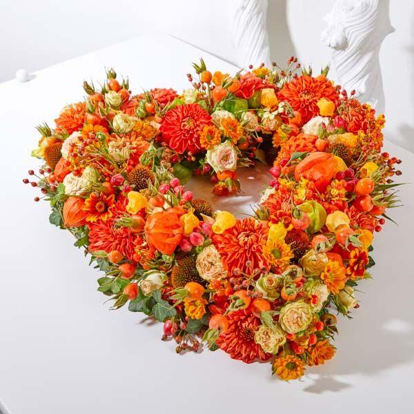 Hart open Seizoen Herfst. Rouwstukken, rouwboeketten en troostboeketten worden over het algemeen gestuurd door mensen, die niet tot de directe familie behoren. Door bloemen te sturen betuigt u op een gepaste manier uw medeleven aan de overledene of directe familie. Gemaakt door Afscheid met Bloemen.