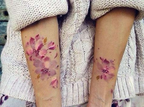 Tatuaggi con i fiori - Tatuaggi con fiori colorati sulle braccia