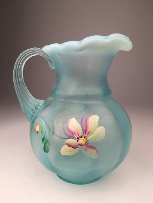 Vintage Fenton glass vase in a milky green glass : Lot 332