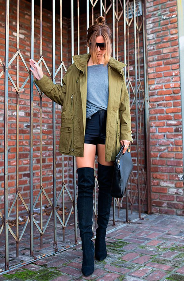 Street style look camisa cinza, shorts preto, bota over the knee e parka verde militar.