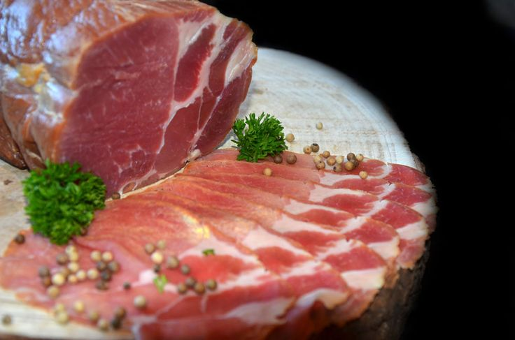 Braciola. Specialiteit van uw slager! Ontwikkeld van eerste keus varkensvlees van het Bel'Vida varken.  Het Bel'Vida varken, een uniek dier, is het eerste vlees dat rijk is aan Omega 3 vetzuur, super gezond en mals! Het vlees wordt zorgvuldig opgebonden, daarna gedurende 14 dagen gezouten, waarna het 21 dagen gedroogd en vervolgens 24u gerookt wordt. We laten u graag kennis maken met deze delicatesse!
