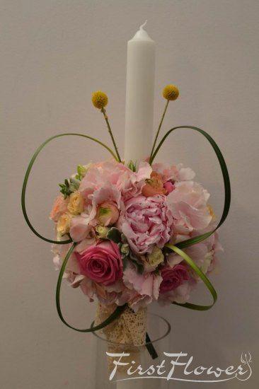 Lumanare de botez, cu bujori roz, trandafiri, frezii si aripi de fluturas