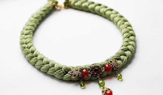 Бледно-зеленое оливковое колье-коса, декорированное украшением. — Hand Made