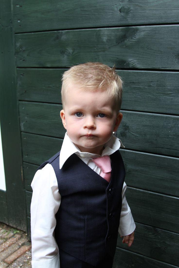 De bruidsjonker kijkt wat bedenkelijk, maar zijn moeder was vast supertrots dat hij er zo prachtig uitzag. Het pakje is gemaakt bij Corrie's bruidskindermode. Trouwen, bruiloft, huwelijk, bruidskinderen. bruidskindermode.nl