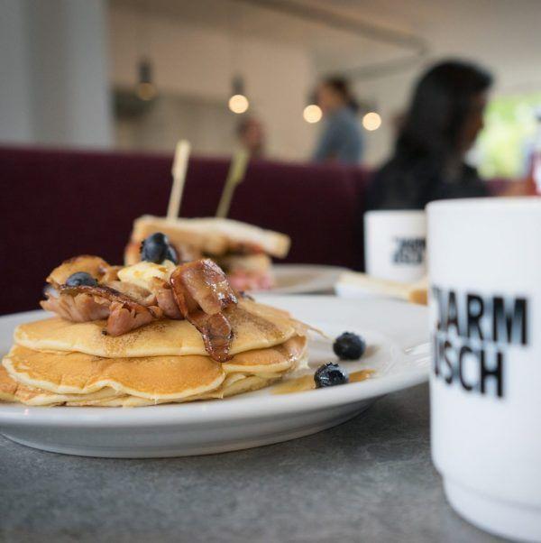 By Jarmush   Rotterdam. All american breakfast. Naast filterkoffie staan er breakfast cocktails, gezond eten en de nodige guilty pleasures op de kaart. 'Add as much as you like' is het motto by Jarmusch, Rotterdam.