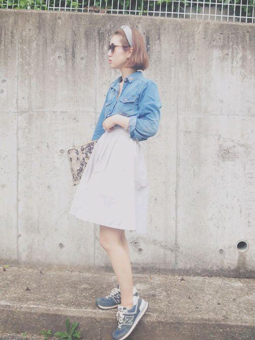 ふんわり白スカートにスニーカー♡ 人気おすすめトレンド モテ『デニムシャツ』レディースアイデア一覧