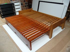 Cama fechada   Cama de solteiro que vira cama de casal (160*190). Realizada com duas madeiras de lei, dando este efeito bicolor natural, c...