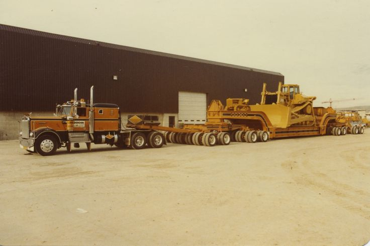 Check out the small old school crawler up on the gooseneck. BTW the KW is sharp also....