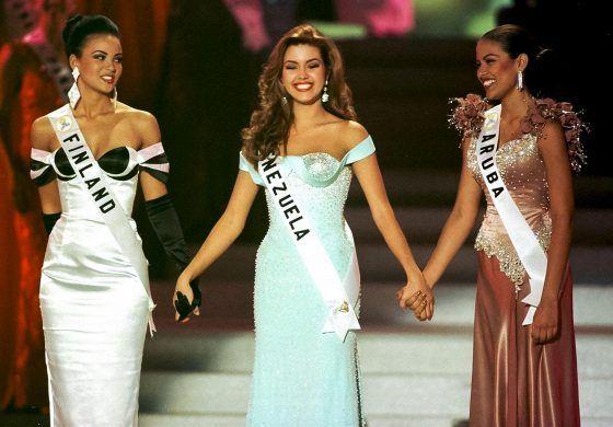 Las Vegasissa järjestetyn Miss Universum –kilpailun kärkikolmikko Lola Odusoga, Alicia Machado ja arubalainen Taryn Mansell jännittivät hetkeä ennen voittajan julistamista vuonna 1996.