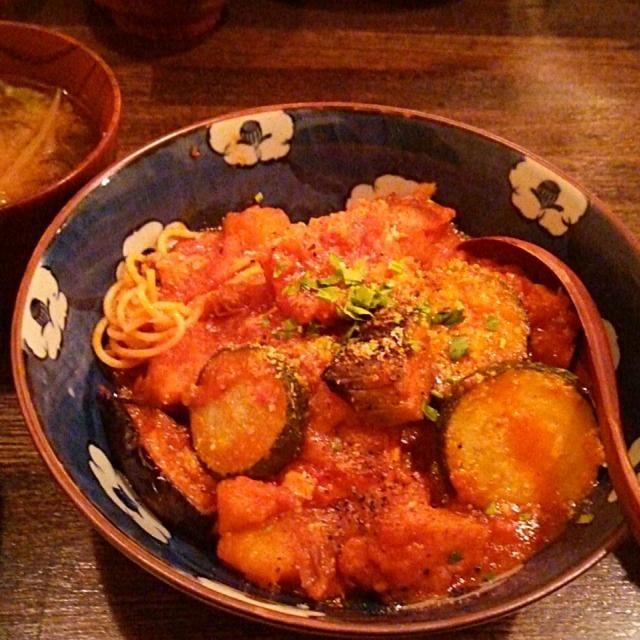 賄い飯♪ 大山鶏と夏野菜のトマト煮、サラダ、味噌汁、雑穀飯。 美味しゅうございました。( ´∀`) - 34件のもぐもぐ - 賄い飯♪ 大山鶏と夏野菜のトマト煮。 by Gauche Suzuki