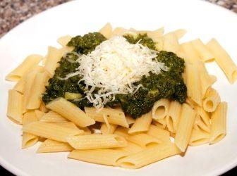 Spenótos penne recept: Gyorsan a család kedvence lett ez a spenótos recept, sajttal gazdagon megszórva. A szósz elkészítéséhez éppen elég annyi idő, míg a tészta kifő, így hamar elkészül.