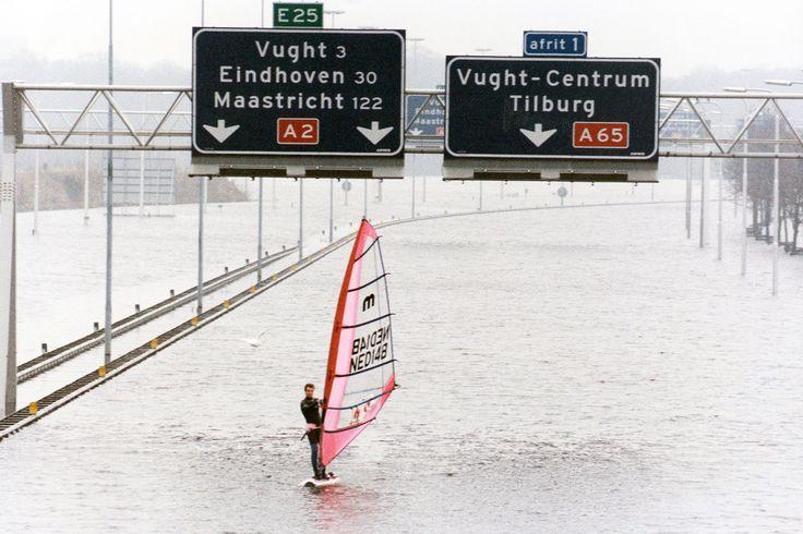 Hoogwater 1995; de A2 stroomt onder. Max van Noorden surft op de A2, foto John Claessens