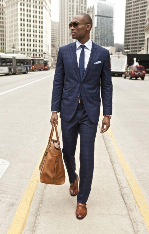 2015-07-23のファッションスナップ。着用アイテム・キーワードはサングラス, シャツ, スーツ(シングル), チェックスーツ, ネイビースーツ, ネクタイ, バッグ, ポケットチーフ, モンクストラップ,etc. 理想の着こなし・コーディネートがきっとここに。| No:117594