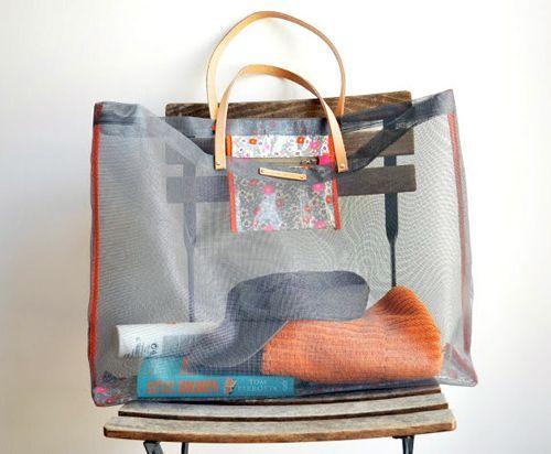 Tutorial for making mesh beach bag.Summer Crafts, Mesh Bags, Plastic Bags, Mesh Screens, Beach Bags, Screens Beach, Design Sponge, Diy Mesh, Diy Projects