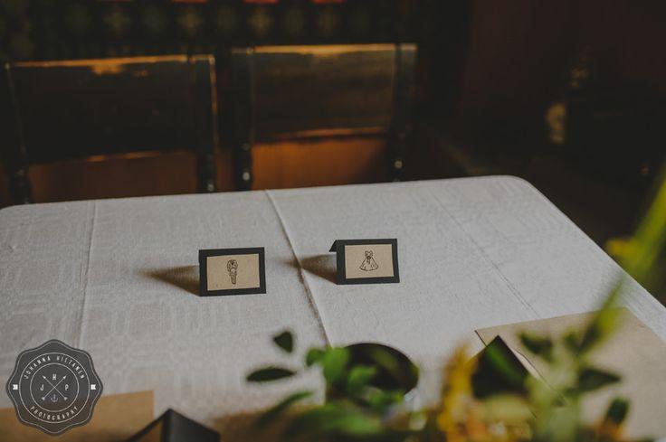 DIY wedding table cards with a bride & groom figures.  http://johannahietanen.com/finland-wedding-photographer/