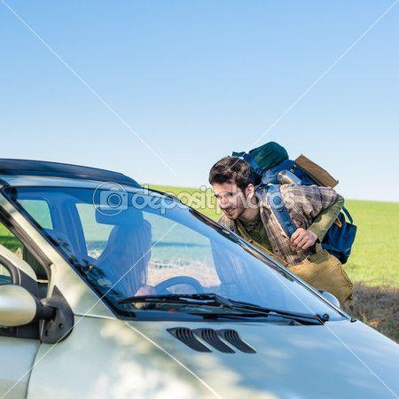 kink in de kabel-wandelen krijgen lift jonge vrouw in auto — Stockbeeld #10235213