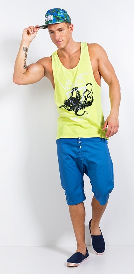 Shirt: http://www.def-shop.com/vsct-clubwear-octopus-fluo-tank-top-fluo-yellow.html?wt=pntrst  Shorts: http://www.def-shop.com/humoer-lago-shorts-vallerta-blue.html?wt=pntrst  Schuhe: http://www.def-shop.com/selected-sel-walk-slippers-navy.html?wt=pntrst  Cap: http://www.def-shop.com/flat-fitty-tropical-snapback-cap-blue-print-white-green.html?wt=pntrst
