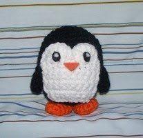 Lo schema (in inglese) per un piccolo pinguino a uncinetto con la tecnica amigurumi. Si realizza prima il corpo tutto in nero e in un pezzo separato la pettorina bianca. Vai allo schema Pinguino ami