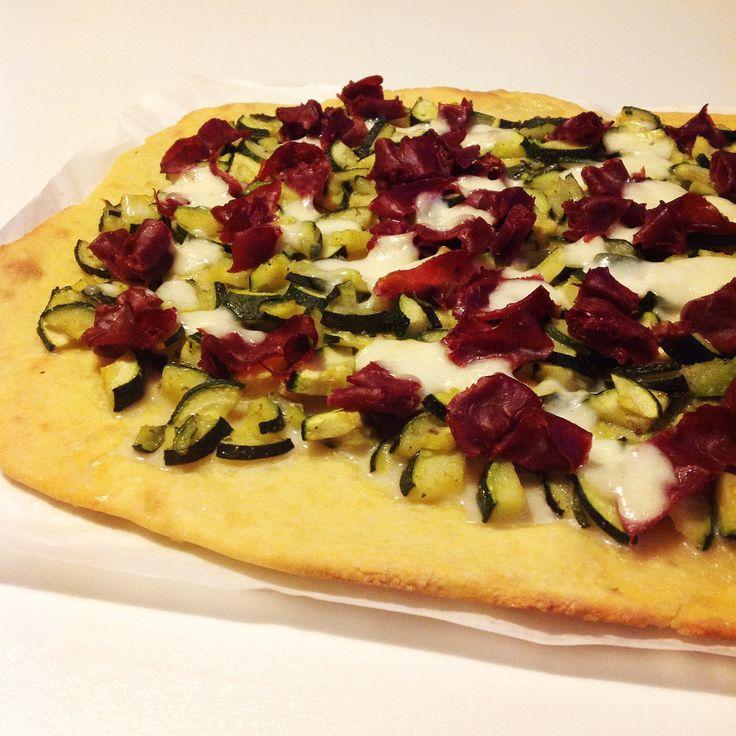 Pizza alla ricotta con bresaola e zucchine