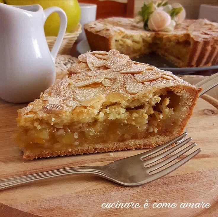 Crostata coperta con confettura e mele è un delizioso dolce a base di pasta frolla alla mandorla,ripieno di mele e confettura di albicocche.