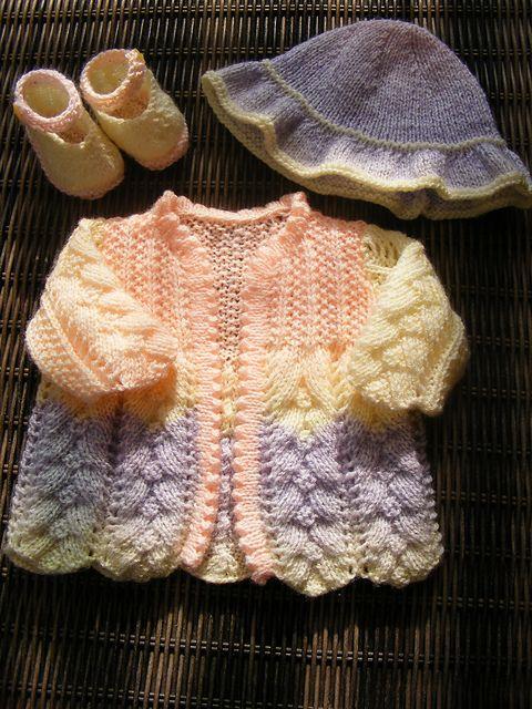 Ravelry: Sunset babyen antrekk oppskriften ved maybebaby design