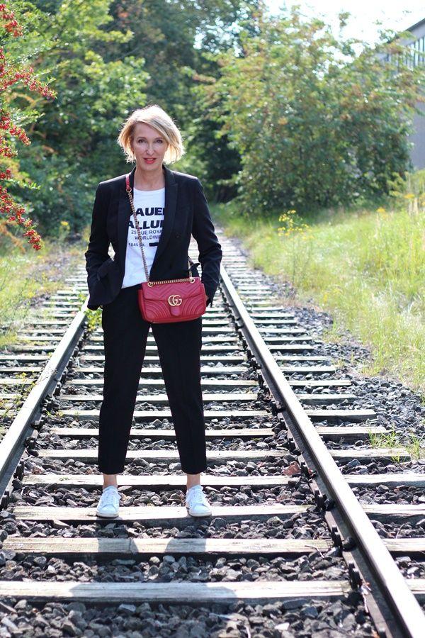 klassischer Hosenanzug, Damen-Hosenanzug, Hosenanzug lässig gestyle, Anzug mit Sneakers, rote Gucci Tasche, Modefllüsterin