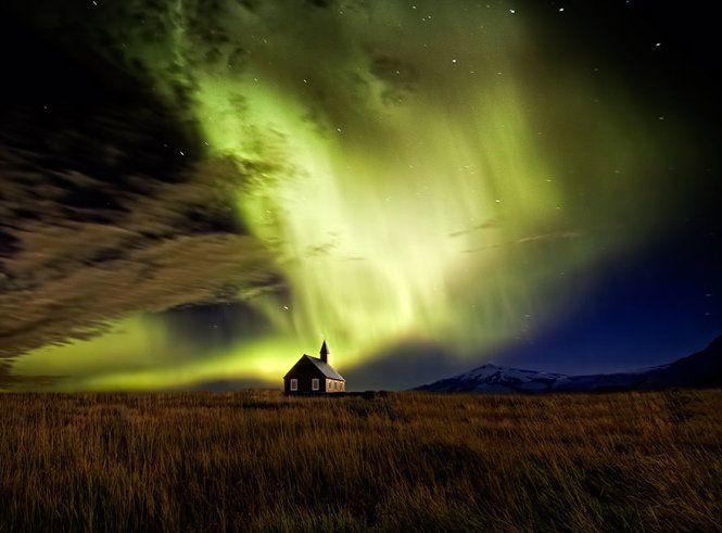 Bắc cực quang gần một nhà thờ Iceland